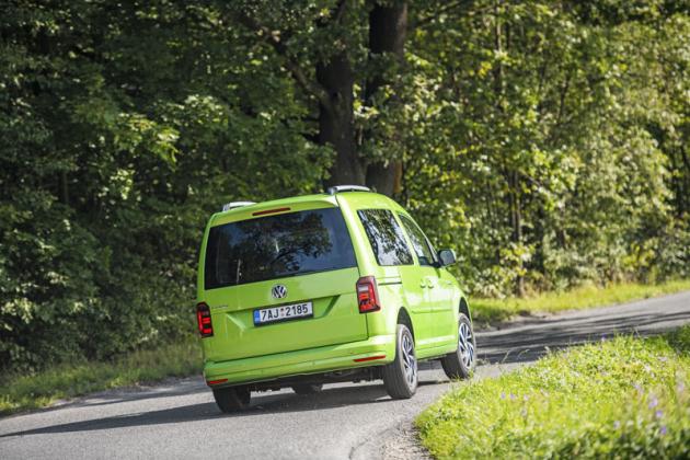 Zezadu nejvíce vynikne užitkový původ modelu Caddy, jenž je v osobní verzi kompaktním MPV