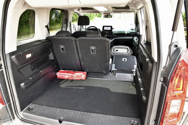 Sklápět lze i sedadlo spolujezdce. Pak uvnitř uložíte například třímetrový koberec