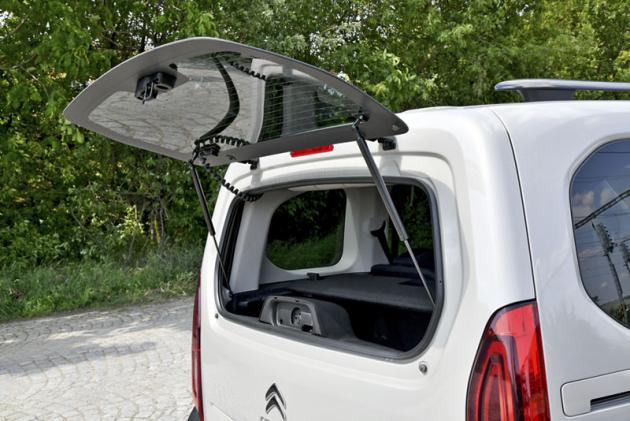 Praktická je možnost přístupu do zavazadlového prostoru samostatně otevíraným oknem