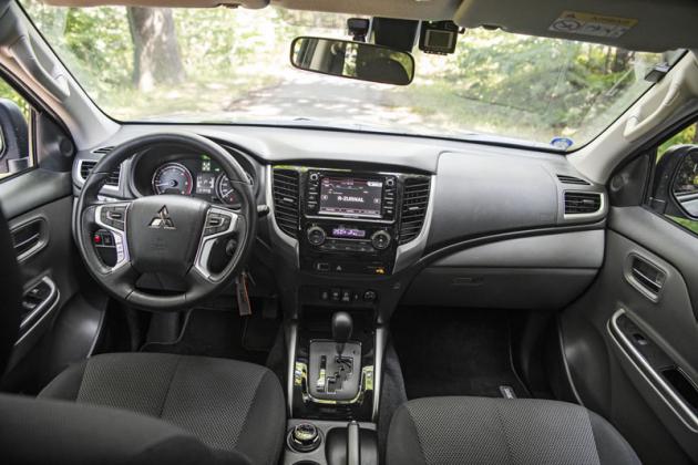 Interiér Mitsubishi L200 Rock Proof vychází z provedení Intense, jepouze doplněný navigačním systémem
