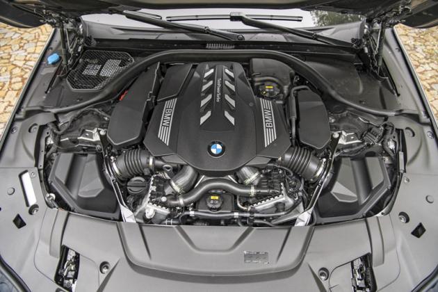 Nový osmiválec přináší o 60 kW (82k) více výkonu a o 100 N.m větší točivý moment