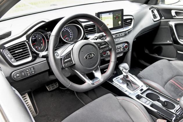 Pracoviště řidiče vyniká rozměrnými a logicky rozmístěnými ovladači. Volant skvěle padne do ruky