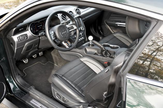 Pracoviště řidiče modelu Mustang Bullitt se od ostatních verzí liší snad jen zeleným stehováním čalounění a hlavicí řadicí páky