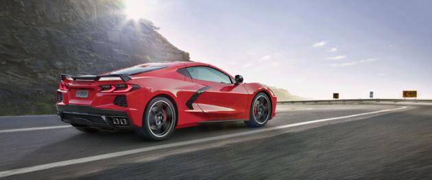 Corvette Stingray má proporce odpovídající dané koncepci a evokuje tak například vozy Ferrari s podobným uspořádáním poháněcí soustavy