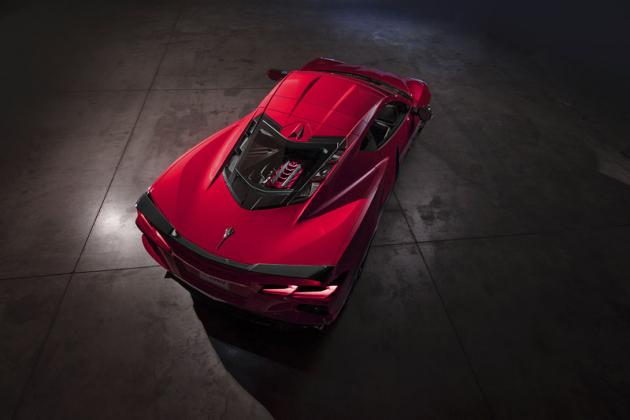 U sportovních vozů smotorem uprostřed je dobrým zvykem, žejsou jejich motory umístěné viditelně pod krycím sklem. Corvette Stingray není výjimkou