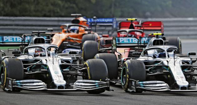 Tlačenice po ostrém startu, vlevo pozdější vítěz Lewis Hamilton (Mercedes-AMG Petronas W10/04), vpravo týmový kolega Valtteri Bottas
