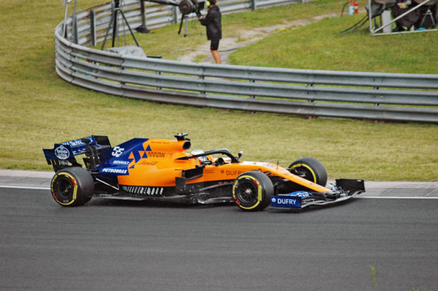 Syn slavného rallyemana Carlos Sainz Jr. (McLaren MCL34 Renault) dojel pátý