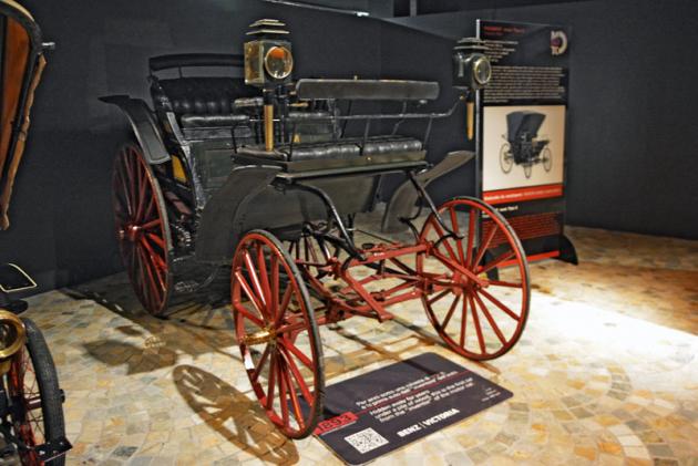 Benz Victoria (1893) s ležatým jednoválcem 2123cm3 (5 k), dvoustupňová převodovka