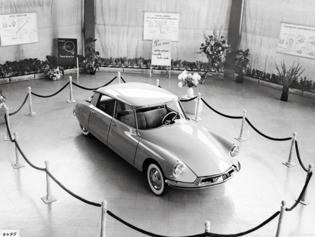 Tím to všechno začalo. Citroën DS19 při své pařížské premiéře roku 1955 doslova ohromil