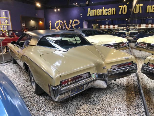 Velké kupé Buick Riviera z roku 1972 pohání motor V8 7,5litru s výkonem 165 kW (225 k)