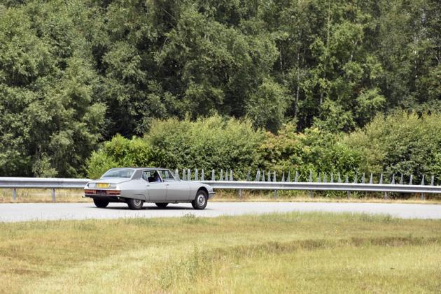 Vzácný Citroën SM se speciální čtyřdveřovou karosérií najíždí na zkušební dráhu