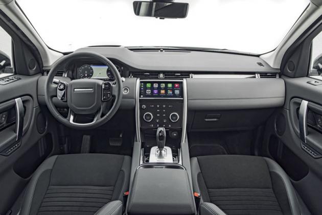 Palubní deska jeuhlazenější apřichází s jednodušší verzí středového panelu ve srovnání se sesterským Range Roverem Evoque