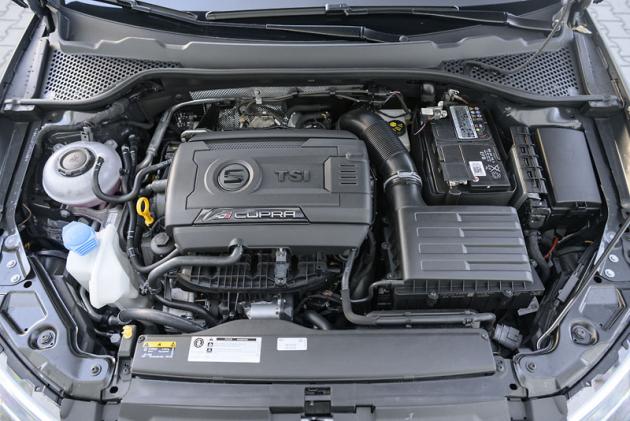 Zážehový dvoulitrový čtyřválec 2.0 TSI je v tomto případě naladěný na 221 kW (300 k) a zaujme spojením plynule gradujícího zátahu apříznivé spotřeby paliva