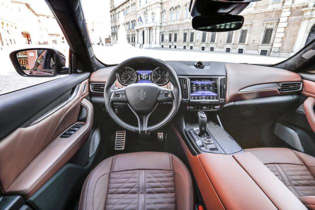 Interiér je navržen v typickém stylu italského luxusu