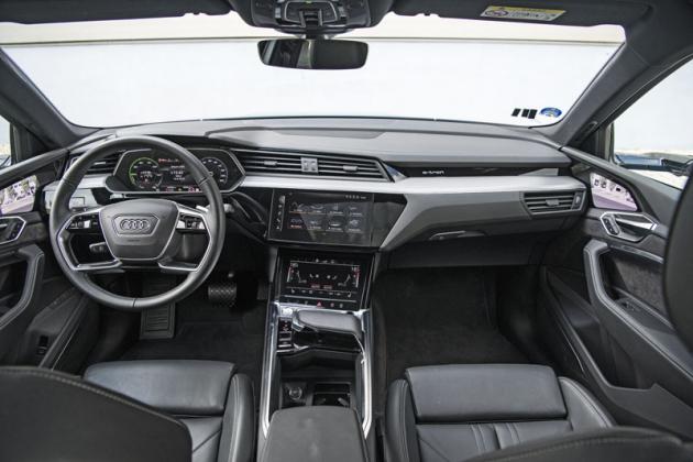 Moderně navržená palubní deska má styl aktuálních modelů Audi. Nejblíže má zřejmě typům A6