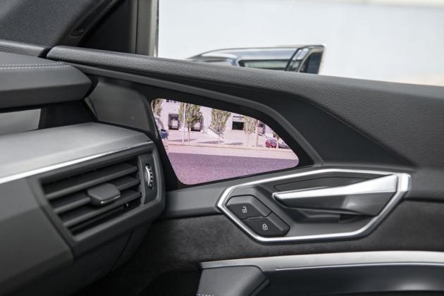 Obraz kamery se promítá na displej umístěný ve dveřích, na němž se zobrazují také nejrůznější upozornění
