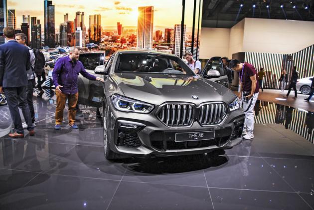 BMW X6 třetí generace se svojí přídí opět liší od typu X5. Novinkou je kromě jiného podsvícená výrazná maska chladiče
