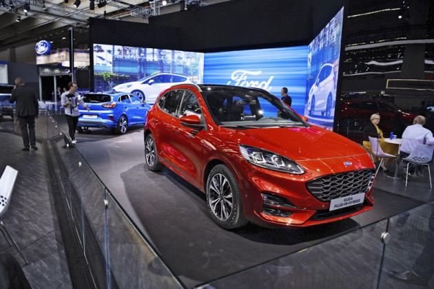 Ford Kuga nové generace zcela změnil svůj vzhled a částečně se podobá menší Pumě. Představil se v plug-in hybridní verzi