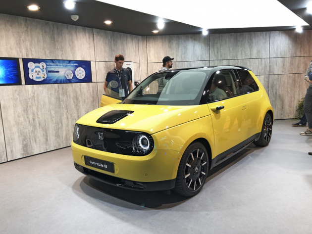 Honda e se svým vzhledem obrací do své minulosti. Má však elektrický pohon zadní nápravy a slibuje spoustu zábavy