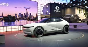 Hyundai 45 je velkým hatchbackem s mírným retronádechem, ale přitom velmi moderním výrazem. Odkazuje se na model Pony, ale přitom přináší nový designérský styl značky. Pohon? Elektrický