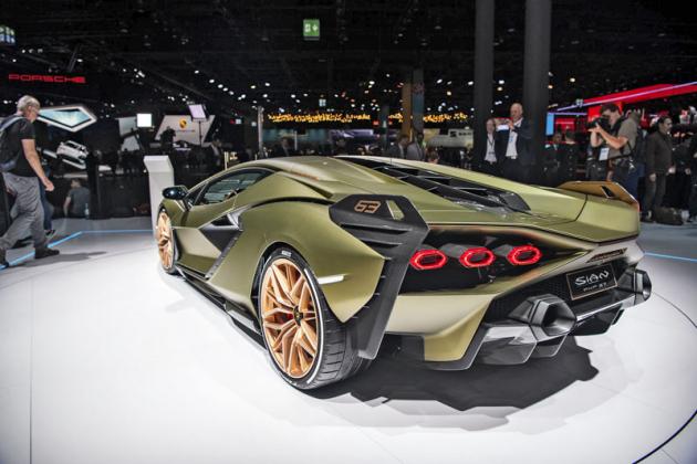 Lamborghini Sian FKP 37 je prvním vozem své značky s hybridním pohonem, využívajícím kondenzátory. Vznikne jen 63kusů, které jsou již prodané
