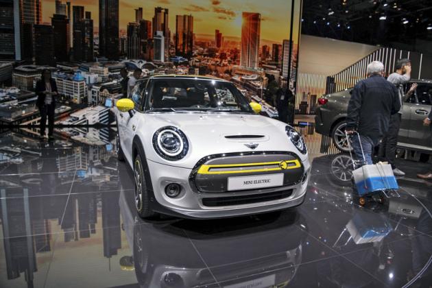 MINI Cooper SE je dalším z představených elektrických malých vozů. S výkonem 135 kW (184 k) hodlá nabídnout nejvíce dynamiky