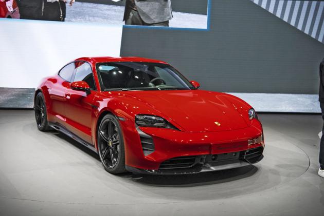 Porsche Taycan ohromuje výkonem až 560 kW (761 k) posílaným na všechna kola. Překvapuje jmény Taycan Turbo aTaycan Turbo S, ipřesto že má výhradně elektrickýpohon