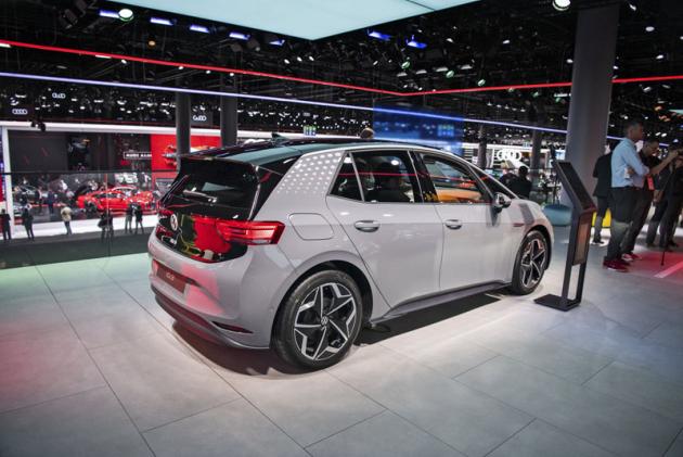 Volkswagen ID.3 ukázal na autosalonu ve Frankfurtu nad Mohanem svoji sériovou podobu. Jeto elektrický vůz, o nějž chce Volkswagen opřít svoji budoucnost