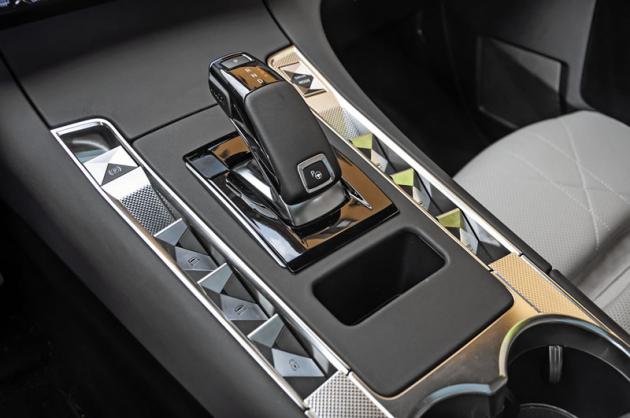 Tlačítko na voliči převodovky je součást zcela automatického systému parkování. Zatímco jej řidič drží stisknuté, vůz sám zaparkuje