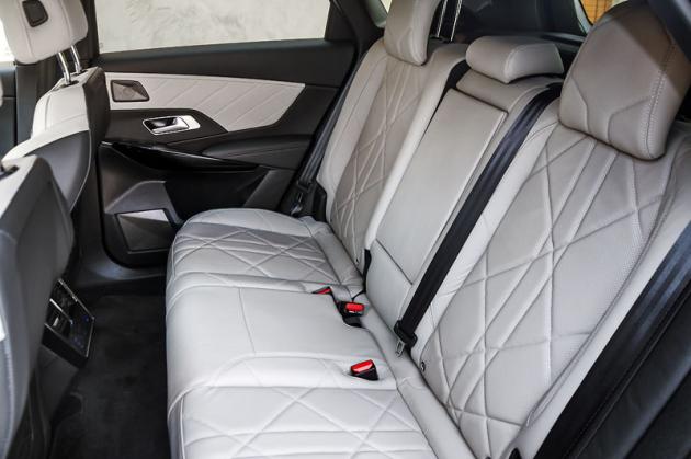 Velikostně zapadá DS 7 Crossback mezi Peugeot 3008 a 5008, vzadu je proto místa opravdu hodně. Potěší i zcela rovná podlaha ve druhé řadě