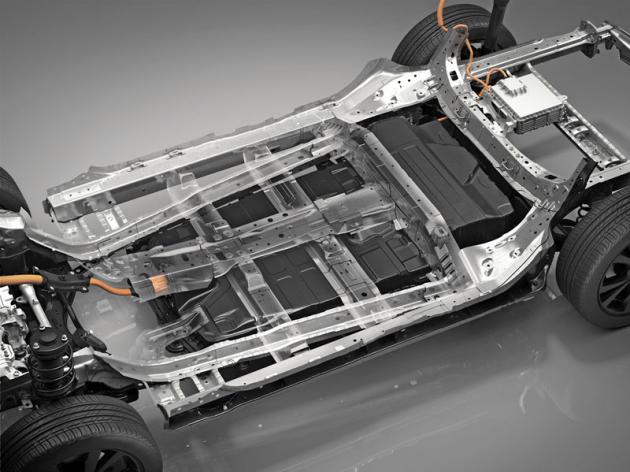 Akumulátory vyplňují veškeré dostupné místo v podlaze vozu