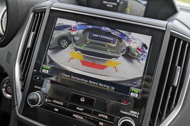Parkovací senzory informují nejen ovzdálenosti překážky, ale dokáží nyní před ní také samočinně zastavit (funkci lze vypnout)