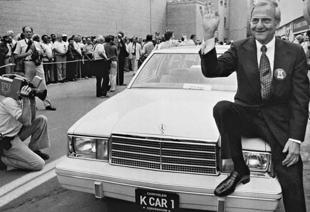 Lee Iacocca pózuje u vozu Chrysler Aries zprojektu K-car, jenž zachránil koncern Chrysler před bankrotem