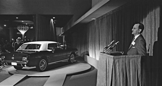Lee Iacocca představuje světu Ford Mustang na Světové výstavě vNew Yorku  roku 1964