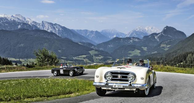 Přehlídku přitažlivých vozů zpestřily Nash Healey či Siata Daina Gran Sport (v pozadí)