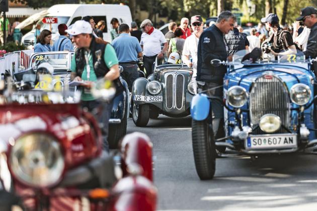 Čelo startovního pole předvádí tonejkrásnější včetně Bugatti 57C Galibier nebosportovního roadsteru BMW328