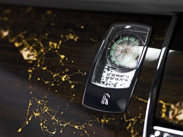 Nejcennější jsou výklopné palubní hodiny sezeleným podsvětlením a ledovým efektem, v pozadí podle vzpomínek letců najediné zelené světlo kokpitu zamrzlé přístrojové desky, ozářené zášlehem plamene motoru na pravoboku. Červená hodinová ručička sedí na linkách kompasu, dole jsou vyryty souřadnice přistání