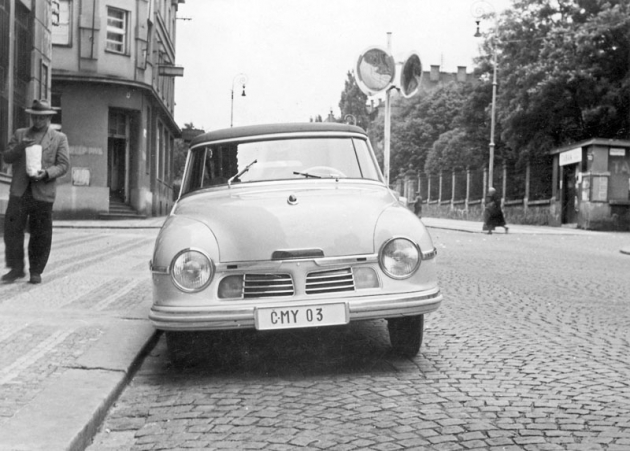Kabriolet Tatraplan na jaře 1949 s poznávací značkou okresu Vysoké Mýto
