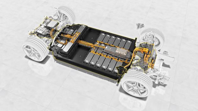 Akumulátor je tvořen 33 moduly po 12 lithium-iontových článcích. Vpodlaze je pro nohy zadních cestujících nechán prostor (příď směřuje doprava)