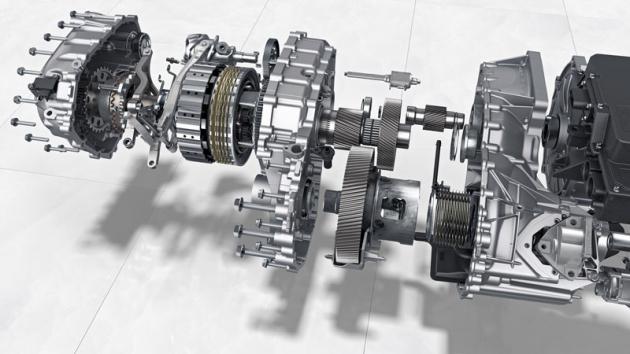 Zadní elektromotor je spojen sdvoustupňovou převodovkou, používající první stupeň jako redukovaný převod pro maximalizaci zrychlení z místa