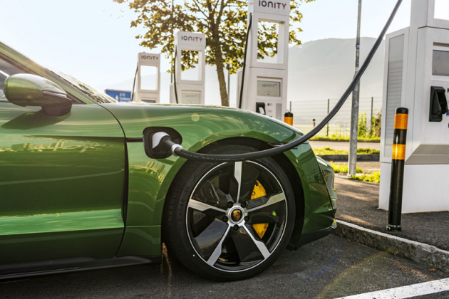 Taycan se dokáže nabíjet výkonem až 270 kW, problémem ale je, že touto schopností poněkud předběhl dobu