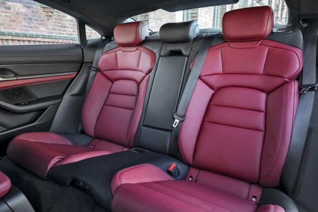 Zadní sedadla jsou snadno použitelná a komfortní. Taycan je homologovaný jako pětimístný, spíše je ale vhodnější jeho konfiguraci popsat jako 4+1