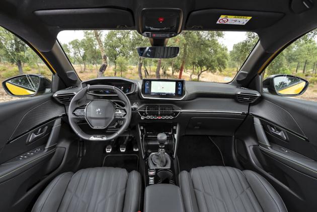 Pracoviště řidiče je členité, originální apůsobivé, přesto však logické apraktické, asprávnou pozici konečně za volantem pohodlně zaujmou i řidiči různých postav