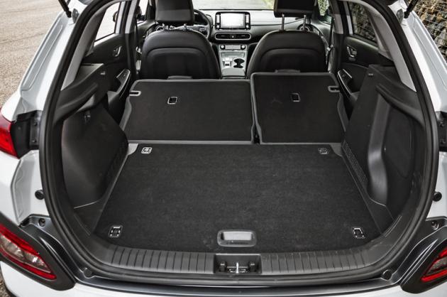 Oproti klasickým variantám typu Kona má verze Electric prostor pro zavazadla menší zhruba o 30 litrů. Polohovatelné dno ale zůstalo
