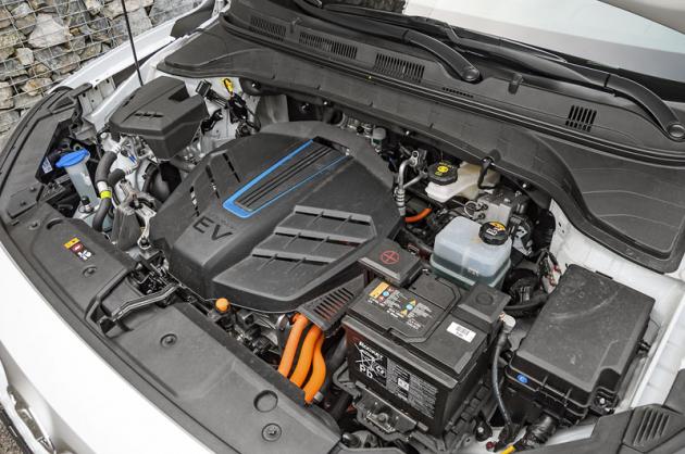 Synchronní elektromotor je uložen vpředu apohání přední nápravu. Verze Power disponuje parametry 150 kW a 395 N.m