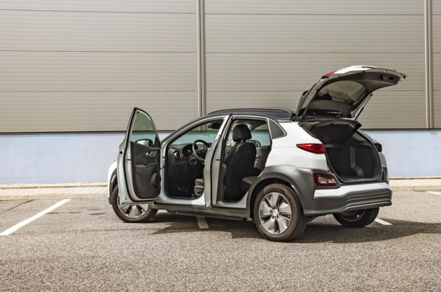 Hyundai Kona Electric Power je pořád jedním z nejlepších elektromobilů dostupných na českém trhu. Nabízí nadprůměrnou dynamiku (akceleraci 0 – 100 km/h zvládl v testu za 6,8 s) a i při běžném používání nemá problém ujet 400 a více kilometrů