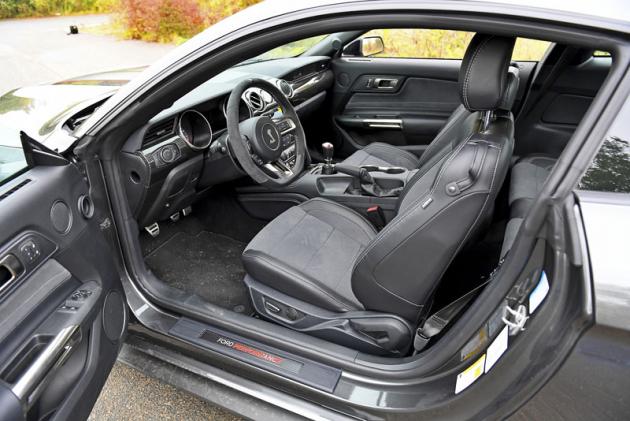 Interiér se od ostatních Mustangů liší spíše vdetailech, vynikající pozice za volantem zůstává