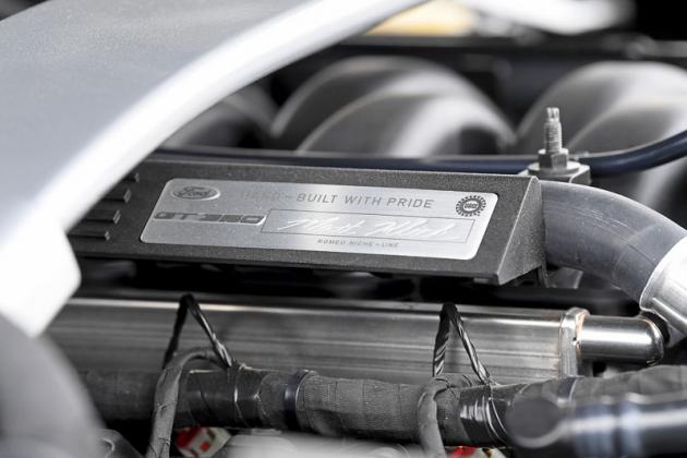 Speciální osmiválce pro Mustang Shelby GT350 se staví ručně, na což jsou u Fordu náležitě hrdí