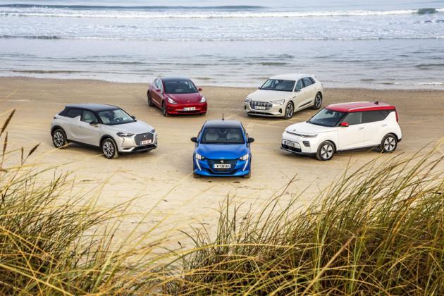 Loni byl v Tannisu jediný elektromobil (Jaguar I-Pace; COTY 2019), letos jich tu bylo pět. V popředí Peugeot e-208, vzadu zleva pak DS3 Crossback E-Tense, Tesla Model 3 Standard Range RWD, Audie-tron 55 Quattro a Kia e-Soul. Elektrifikační trend? Kdo ví, hybridů zde bylo šest, plug-in hybrid ani jediný, zbytek připadl nakonvenční spalovací motory