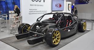 Světová premiéra šasi Artega Scalo Elletra T/C dokládá modulární a rozměrově měnitelné možnosti jejich nové 800V technologie, určené primárně sportovním vozům